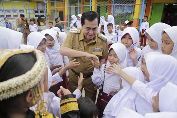 Walikota Sungai Penuh H. Asafri Jaya Bakri (AJB), bersama siswa Sekolah Zonasi (Rujukan) SDN 011XI Kota Sungai Penuh, Selasa (1012).