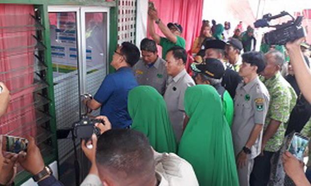 Wawako Erwin Yunaz membuka pintu sekretariat RAPI Kota Payakumbuh usai pengguntingan pita.