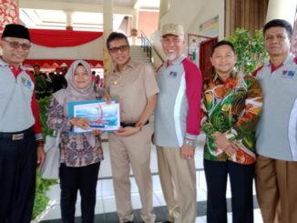 Yulidari Tokoh Peduli Penyandang Disabilitas berfoto bersama Gubernur Sumatera Barat setelah dinobatkan Sebagai Juara IITingkat Provinsi