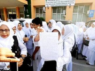 Aksi demo damai bidan dan perawat di RSUD M. Natsir Kota Solok.