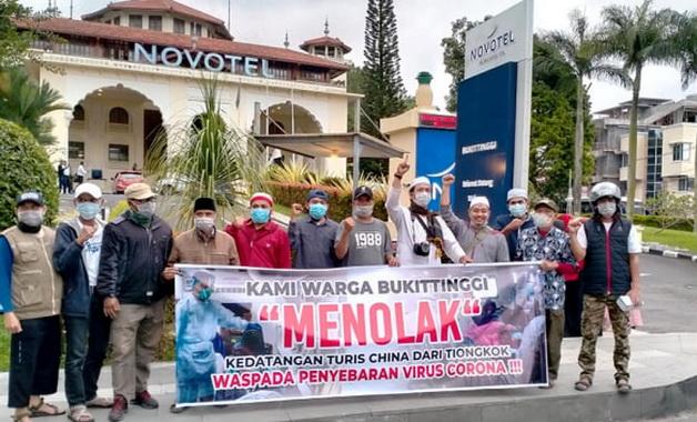 Aksi penolakan turis Cina di Bukittinggi.