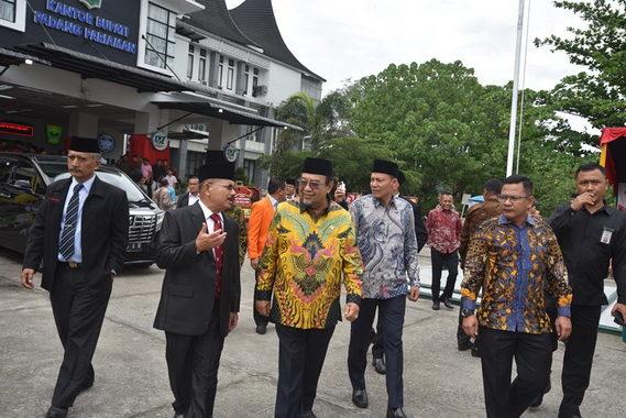 Ali Mukni menjelaskan pembangunan Padang Pariaman.
