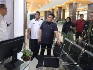Alirman Sori sedang melakukan peninjauan langsung Mall Pelayanan Terpadu Payakumbuh didampingi Sekda Rida Ananda