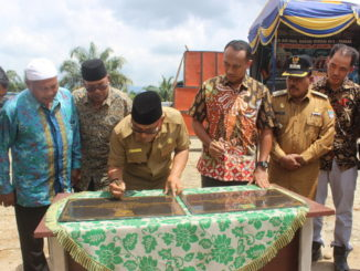 Bupati H. Yulianto menandatangani prasasti pendirian kantor Walinagari persiapan Air Haji.