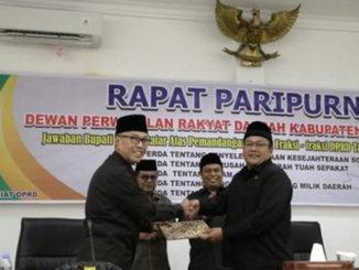 Bupati Irdinansyah Tarmizi menyerahkan naskah jawaban tanggapan fraksi-fraksi kepada ketua DPRD Tanah Datar Rony Mulyadi Dt. Bungsu.