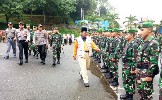 Bupati Irfendi Arbi memeriksa pasukan tanggap bencana.