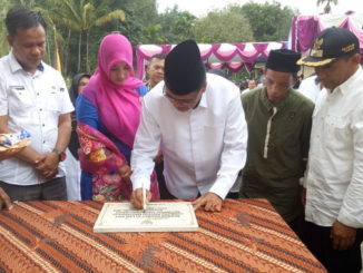 Bupati Irfendi Arbi menandatangani prasasti.