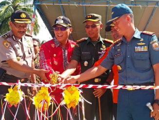 Bupati Mentawai saat meresmikan jembatan Mapaddegat