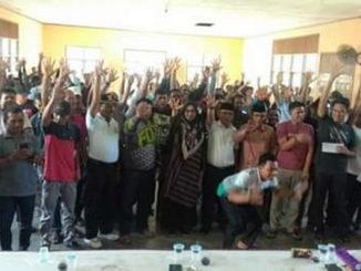 Bupati Pasaman Barat Yulianto, Walinagari Kinali Syahrial dan Kariawan PT Ingkud foto bersama usai memberikan bantuan dana Baznas.