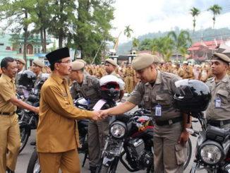 Bupati Pasaman H.Yusuf Lubis saat menyerahkan 10 kendaraan operasional Pol PP Pasaman.