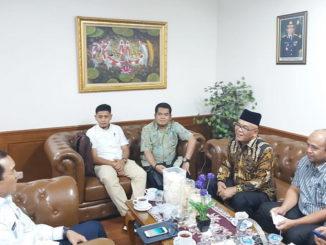 Bupati Pasbar H. Yulianto saat menemui Menteri Tenaga Kerja di Jakarta.