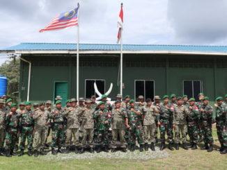 Dansatgas Pamtas Yonif 133YS bersama rombongan mengunjungi Pos Gabungan RI-MLY di Lubok Antu
