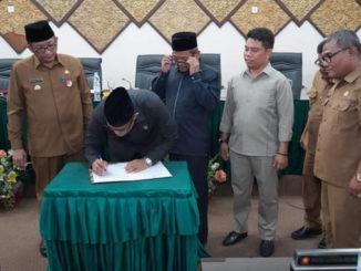 Penandatanganan pengesahan Perda Pajak Air Tanah di Kota Padang.