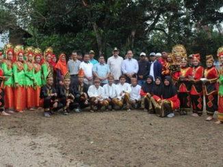Foto bersama Wako Reza Falepi, anggota DPRD Propinsi Nurkhalis Dt. Bijo Dirajo dan Masyarakat Sotujuah Batu usai pelepasan ribuan ikan di Embung Baboi