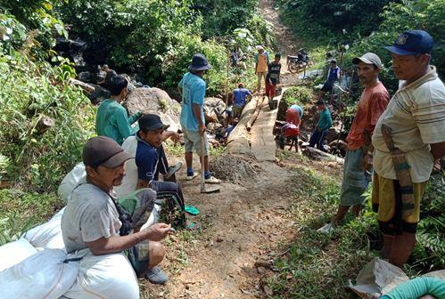 Goro membangun jembatan di BukitSikabr, Tarusan, Pessel.