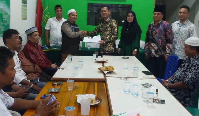 H.Atos Pratama saat menyerahkan berkas pendaftaran Balon Bupati Pasaman di DPC PPP Pasaman
