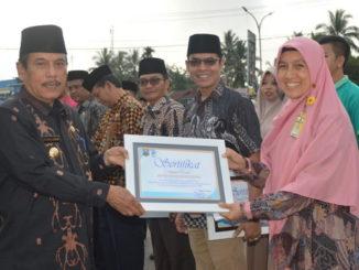 Bupati YuswirArifin menyerahkan sertifikat.
