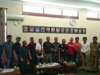 Ketua DPRD Pasaman Bustomi, SE foto bersama wartawan setelah jumpa pers.
