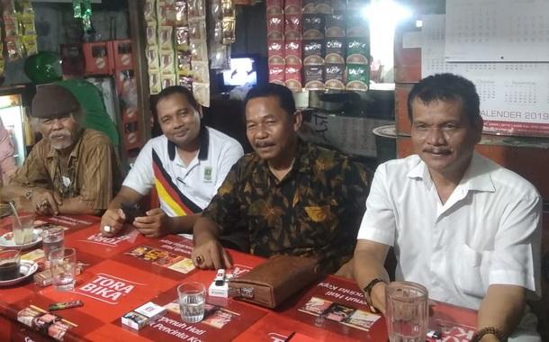 Irmai Hendri bersama Rahmat Wartira, Ketua Harian Pengprov Sumbar dan pengurus lainnya.