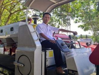 Kadis Pertanian Kabupaten Sijunjung, Ronaldi tengah berada diatas Alsintan yang bisa disewa petani.