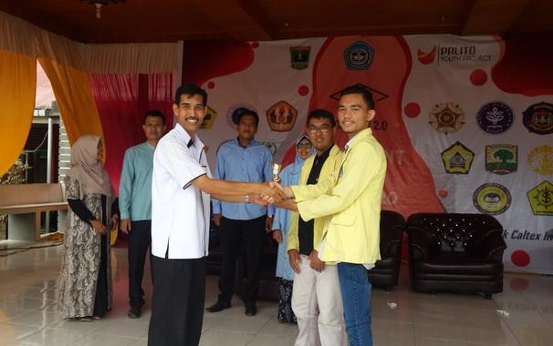 Kepala SMAN I Guguak Drs Hijas menyerahkan tropy kepada prrwakilan UNP yang terpilih sebagai stand terbaik pada Expo perguruan tingggi di SMAN I Guguak.