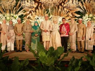 Mempelai bersama kedua orang tua dan Gubernur Sumbar Irwan Prayitno dan istr.