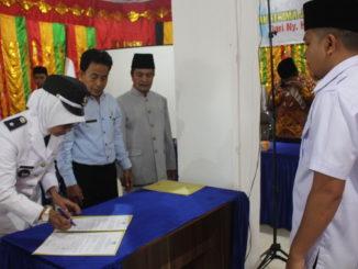 Penandatanganan berita acara sertijab Nagari Koto Laweh.