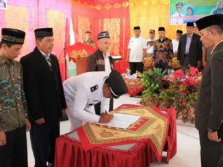 Penandatanganan berita acara sertijab walinagari Sariak Alahan Tigo.