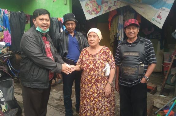 Pengurus Bako IKK Padang saat menyerahkan bantuan.