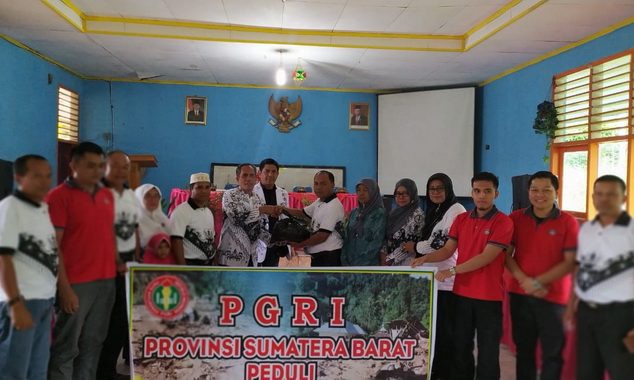 Penyerahan bantuan PGRI Sumbar kepada guru-duru yang terdampak banjir di Solok Selatan.