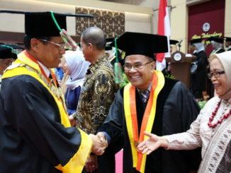 Prof Ganefri mengucapkan selamat kepada salah seorang Gubu Besar UNP.