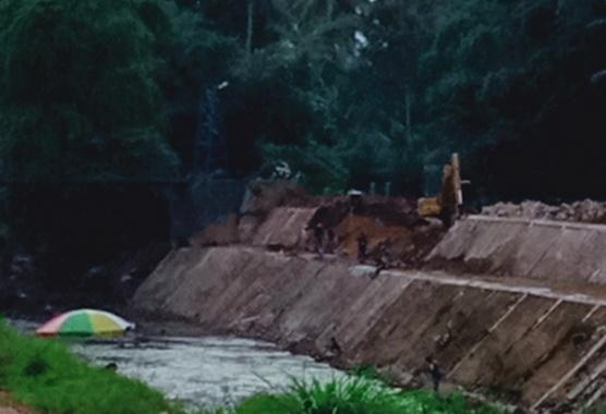 Proyek pembangunan penguatan tebing Batang Agam yang tak selesai.