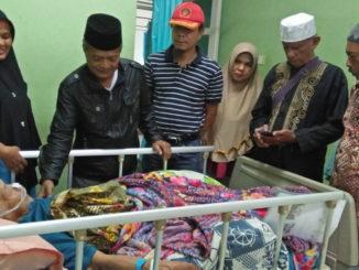 Rajo Mufakat Luak Limo Puluah, MJ Datuak Marajoindo Mamangun saat menjenguk Rajo Buo di rumah sakit.