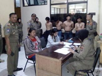 Remaja yang diciduk Satpol PP Kota Payakumbuh saat diperiksa petugas.
