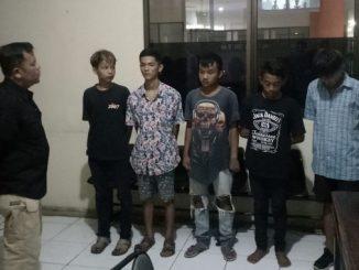 Remaja yang ditangkap Satpol PP Kota Payakumbuh saat ngelem.