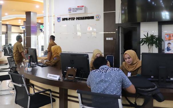 Suasana pelayanan di MPP Kota Payakumbuh.