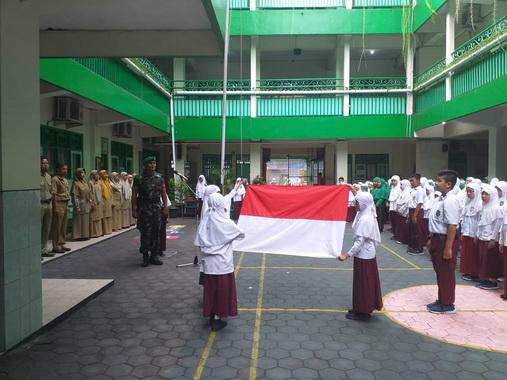 Upacara pengibaran bendera hari Senin di SD Al - Islam 2 Jamsaren.