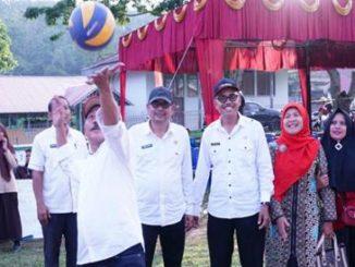 Wabup Tanah Datar Zuldafri Darma.SH melakukan saat pembukaan Open Turnamen Volly Ball Tingkat SMKSMA se-Sumatera Barat.