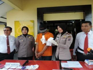 Waka Polres Kompol Asnita memperagakan BB narkoba. foto Yetti Harni
