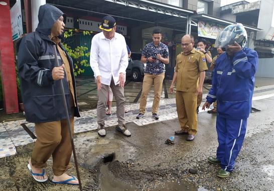 Wako Riza Falepi saat meninjau drainase yang tersumbat di Payakumbuh.