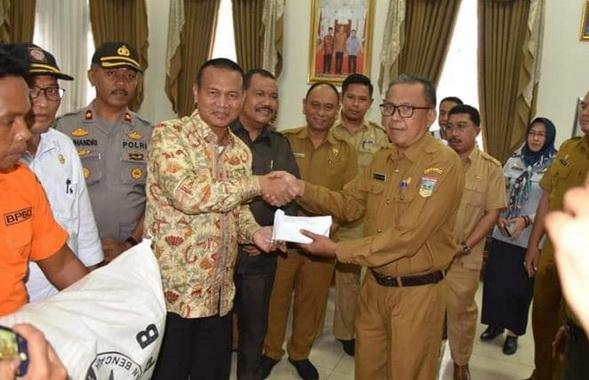 Walikota Pariaman Genius Umar menyerrah bantuan melalui Pemkab Solok Selatan.