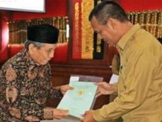 Walikota Pariaman Genius Umar saat menyerahkan sertifikat tanah masyarkat,