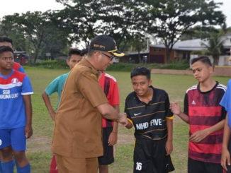 Wawako Hendri Septa menyalami siswa sekolah sepak bola