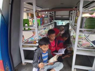 Anak-anak yang asyik membaca di Pustaka Keliling.
