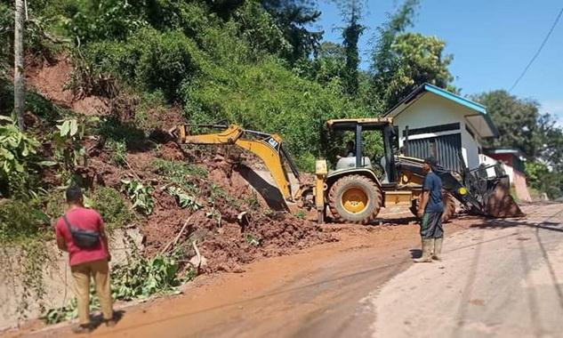 BPBD Kota Sawahlunto sedang membersihkan jalan dari meterial longsor