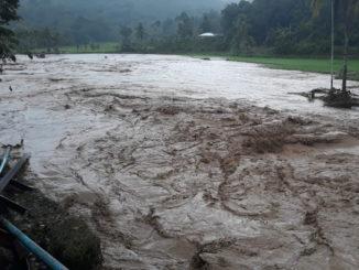 Banjir yang menghanyutkan jembatan di Batu Manjua, Sijunjung.
