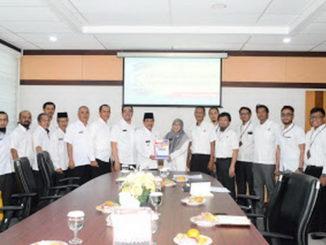 Bupati Kabupaten Sijunjung Yuswir Arifin menyerahkan LKPD tahun anggaran 2019 pada Perwakilan BPK Provinsi Sumatera Barat.