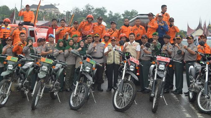 Bupati Sijunjung, Yuswir Arifin berfoto bersama dengan personil BPBD Sijunjung