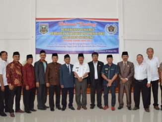 Bupati Sijunjung, Yuswir Arifin dan Wakil Bupati Arrival Boy foto bersama dengan pengurus PWI Sijunjung yang dikukuhkan.