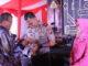 Bupati Solok Gusmal menyerahkan cendra mata kepada mantan Kapolres Solok Arosuka.